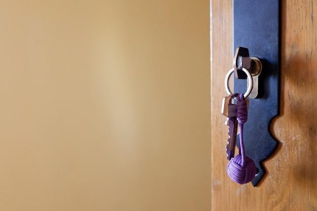 Introduzca la cerradura de una puerta abierta por el propietario de una casa de alquiler vacacional.