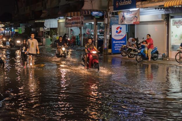 Inundación de agua en problema de la ciudad con sistema de drenaje.
