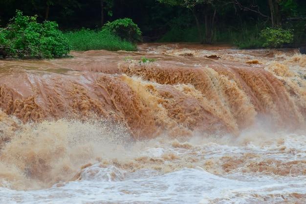 Inundación repentina el agua rápida llega a través de inundación repentina el impacto del calentamiento global