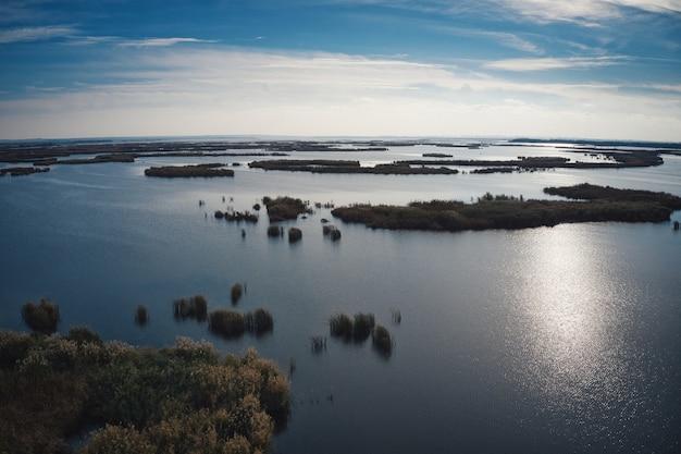 Inundaciones irresistibles en el río samara en el dnieper en la luz del atardecer