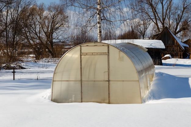 Invernadero en el jardín en invierno