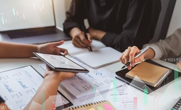 Inversión en bolsa, reunión del equipo de negocios y visualización del gráfico comercial, evaluando el valor de mercado.