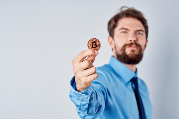 Inversión de criptomoneda de gerente de oficina de trabajo de hombre de negocios