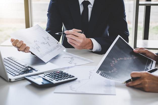 Inversión en equipo de negocios que trabaja con computadora y análisis gráfico bolsa de comercio