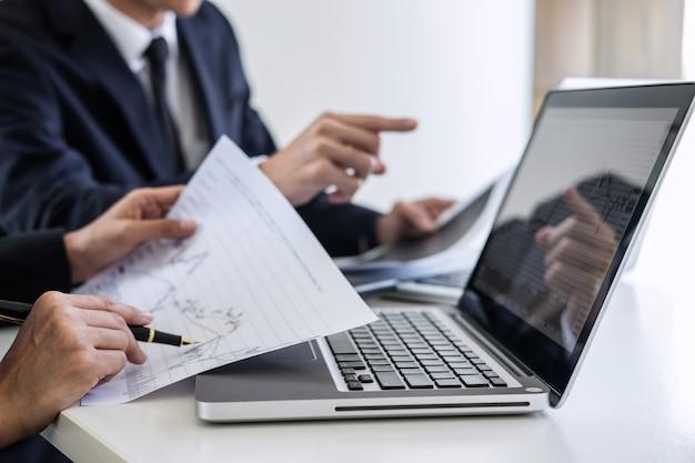 Inversión del equipo de negocios que trabaja con la computadora y el gráfico de análisis.