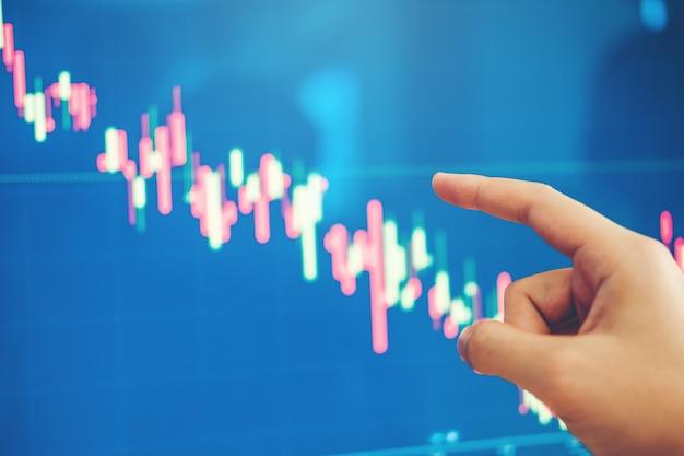 La inversión del hombre de negocios que discute y analiza el comercio bursátil del mercado de acción, acción