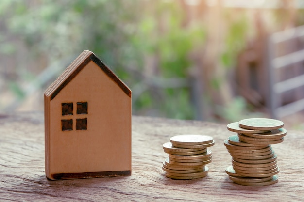 Inversión inmobiliaria, casa y pila de monedas. concepto de hipoteca inmobiliaria