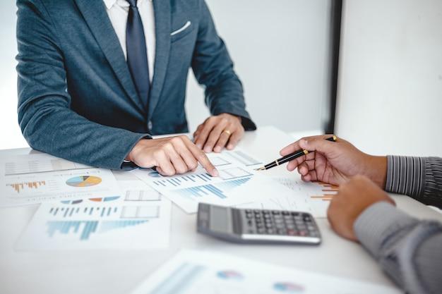 Inversor profesional de business people meeting design ideas trabajando en un nuevo proyecto de puesta en marcha. concepto. planificación empresarial en la oficina.