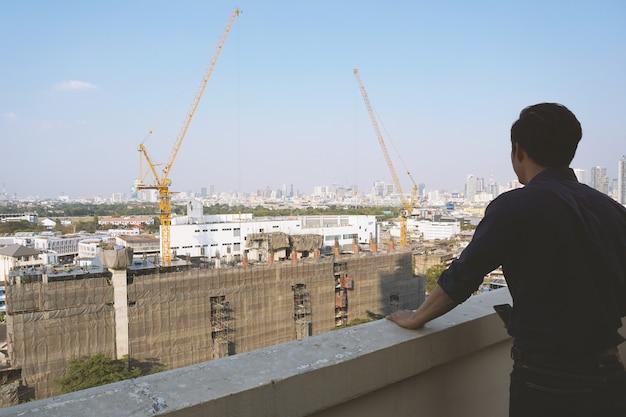 Inversores inmobiliarios mirando edificios.