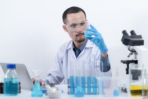 Investigación de aceite de biocombustibles en laboratorio, concepto de energía energética de biocombustibles