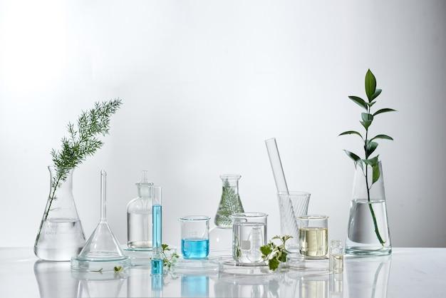 Investigación y desarrollo de laboratorio cosmético. sérum en crema para el cuidado de la piel de la ciencia bio con hojas. concepto de cosmética de belleza orgánica natural. cosmetología.