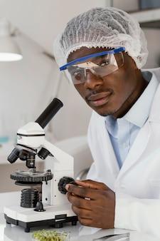 Investigador de cerca con microscopio