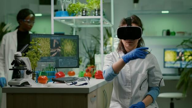 Investigador científico mujer vistiendo casco de realidad virtual