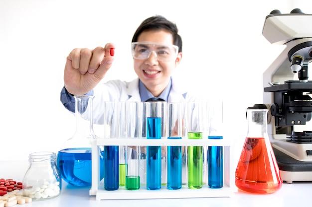 Investigador de drogas medicina trabajando en el laboratorio sobre fondo blanco para el fondo comercial