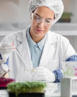 Investigador en el laboratorio de biotecnología con probeta