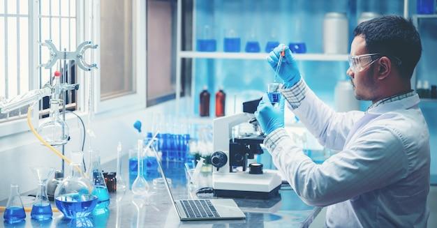 El investigador trabaja en un laboratorio químico.