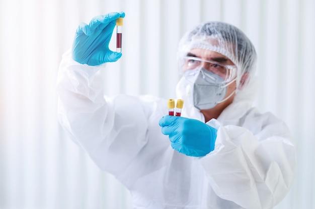 Los investigadores analizan muestras de sangre en el laboratorio.