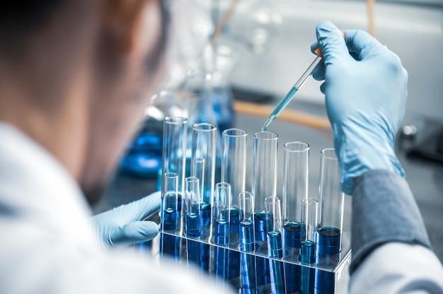 Investigadores de atención médica que trabajan en el laboratorio de ciencias de la vida.