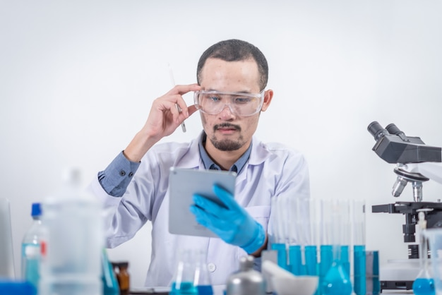 Los investigadores están analizando datos para crear innovaciones científicas. educacion moderna