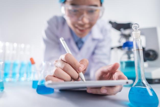 Los investigadores están trabajando en el desarrollo de productos. innovación moderna inventada en el laboratorio