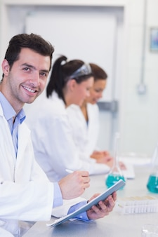 Investigadores trabajando en experimentos en el laboratorio