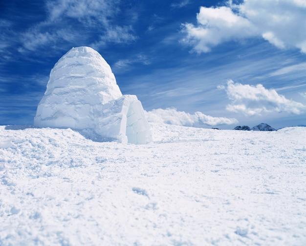 Invierno ártico extremo y un iglú de casa de esquimales