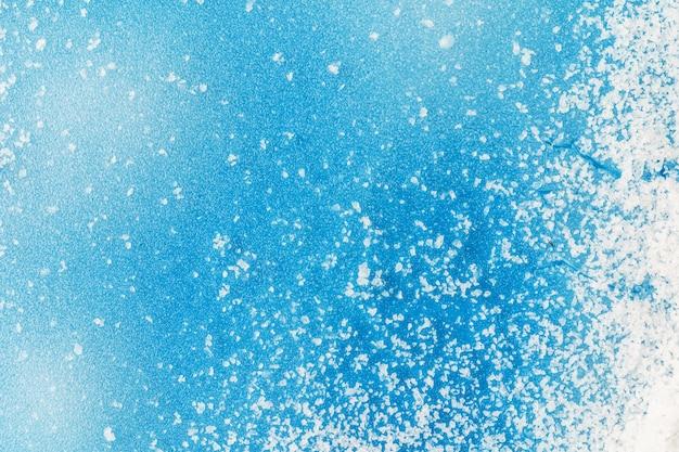 Invierno azul helado con nieve, copyspace