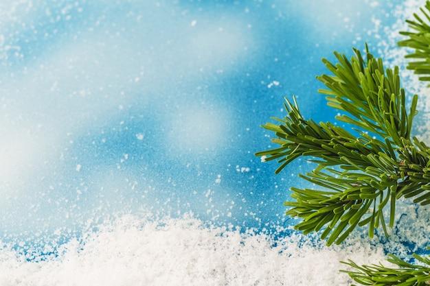 Invierno fondo azul helado con nieve, espacio de copia