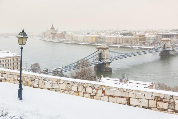 Invierno nevado vista panorámica de budapest