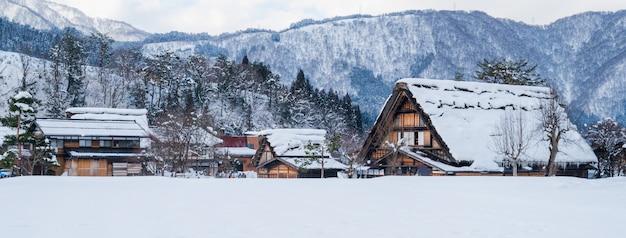 Invierno y nieve paisaje de shirakawago en gifu japón, portada del banner