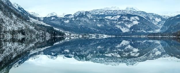 Invierno nublado vista del lago alpino grundlsee (austria) con un patrón fantástico de reflexión sobre la superficie del agua.