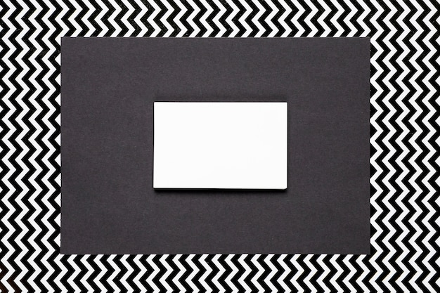 Invitación blanca con fondo monocromo