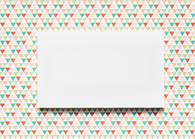 Invitación en blanco con colores de fondo