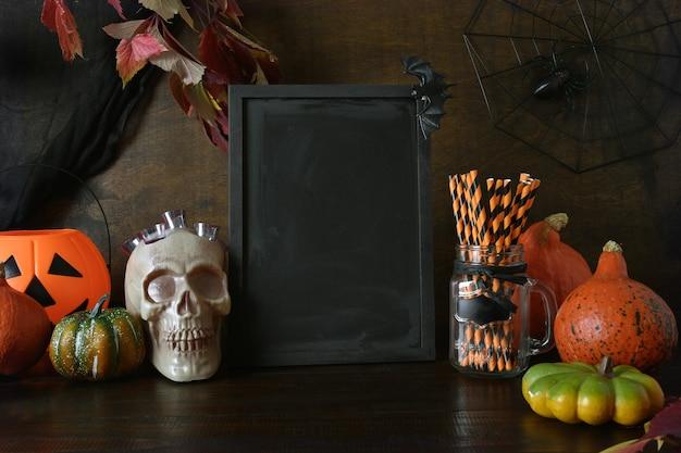 Invitación en blanco de halloween con calabazas, calavera, arañas espeluznantes, jack-o-lantern de cabeza de calabaza. espacio para texto en pizarra.