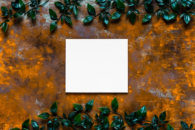 Invitación en blanco sobre mesa de madera