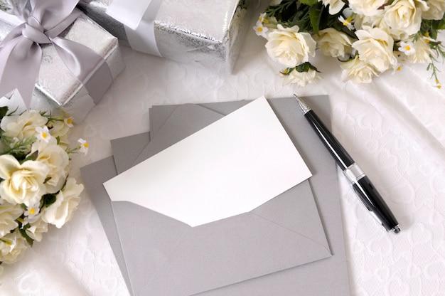 Invitación de boda y bolígrafo