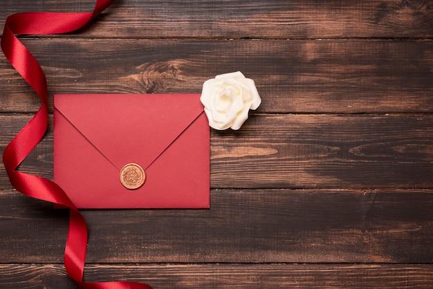 Invitación de boda elegante con cinta sobre la mesa