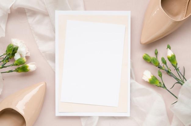 Invitación de boda elegante con tacones altos