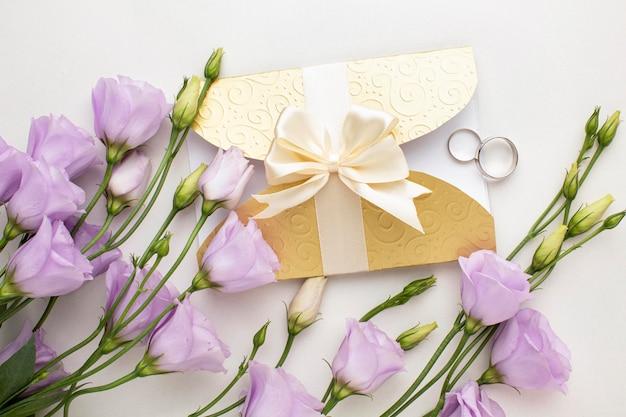 Invitación de boda floral con anillo