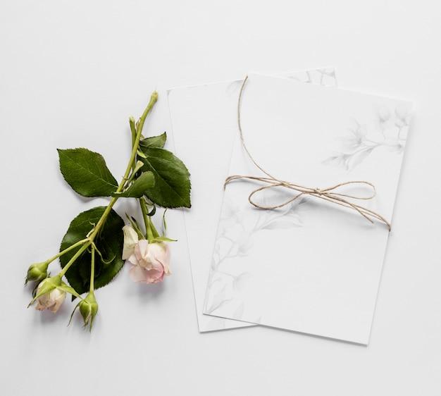 Invitación de boda con flores.