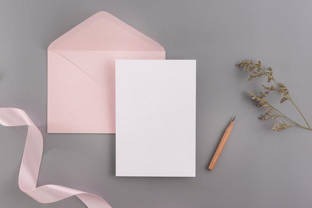 Una invitación de la boda maqueta concepto. vista superior, endecha plana con espacio de copia