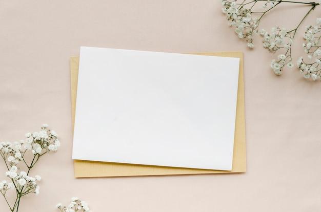 Invitación de boda minimalista en plano