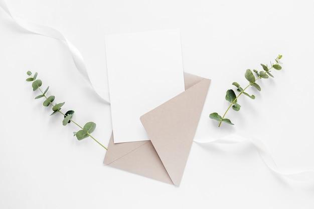 Invitación de boda y ramas
