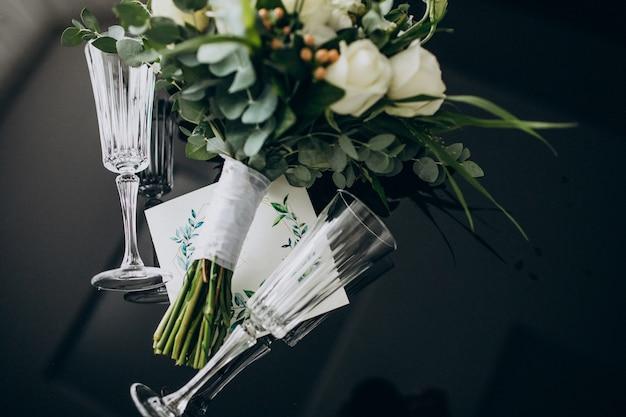 Invitación de boda con ramo de novia y anillos.