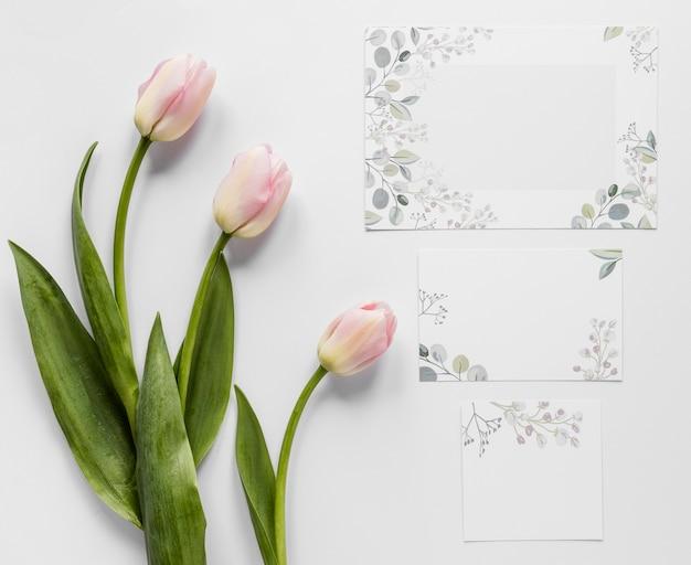 Invitación de boda con tulipanes al lado