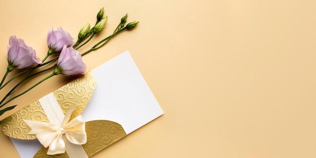 Invitación y flores de papelería de boda de lujo.
