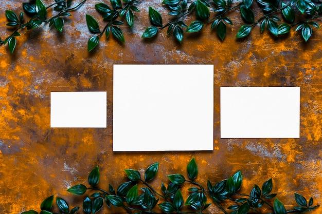 Invitaciones en blanco sobre mesa de madera