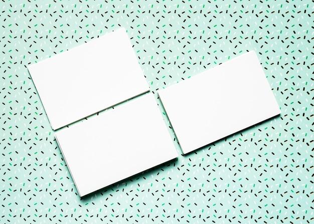 Invitaciones de boda con fondo verde azulado