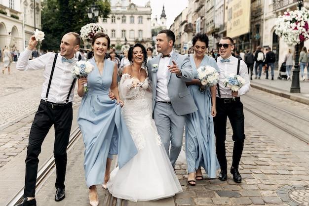 Invitados arrojando confeti sobre la novia y el novio