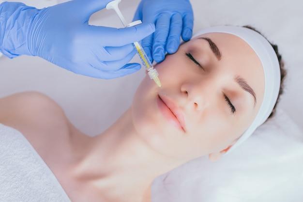 Inyección de ácido hialurónico en labios.